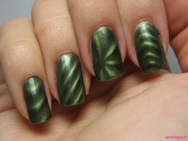 Electric-Emerald-Sally-Hansen-Magnetic-Nail-Polish